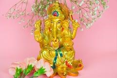 Statuette de Lord Ganesha sur un fond rose vibrant image stock