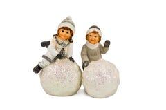 Statuette des enfants jouant dans la neige Photographie stock libre de droits