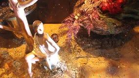 Statuette des Mädchens dekorativ durch Weihnachten stock video footage