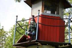 Statuette des Wassergeistes, der auf dem Leuchtturm sitzt Lizenzfreie Stockbilder