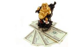 Statuette do deus chinês da riqueza no dinheiro Fotos de Stock