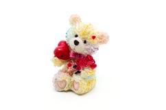 Statuette eines wenigen Bären mit rotem Herzen und Blumen Lizenzfreie Stockbilder