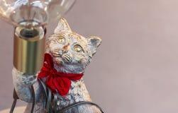 Statuette en bronze d'un chat avec une lampe photographie stock libre de droits