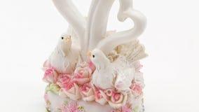 Statuette mit zwei weiße Tauben auf weißem Hintergrund stock video footage