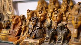 Statuetten von ägyptischen Katzen des Steins und anderer Produkte auf Ladenregalen in Ägypten stock video