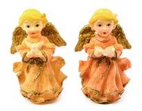 Statuetten von Porzellanengeln mit dem Buch und Taube lokalisiert auf weißem Hintergrund Lizenzfreies Stockfoto