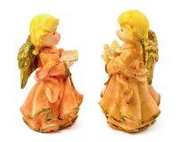 Statuetten von Porzellanengeln mit dem Buch und Taube lokalisiert auf weißem Hintergrund Stockbilder
