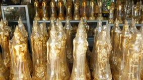 Statuettes του Βούδα στο θρησκευτικό κατάστημα για την πώληση Πολλά χρυσά statuettes του Βούδα που τοποθετούνται στο στάβλο στο θ απόθεμα βίντεο