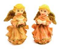 Statuettes des anges de porcelaine avec le livre et le pigeon d'isolement sur le fond blanc Photographie stock libre de droits