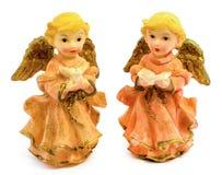 Statuettes des anges de porcelaine avec le livre et le pigeon d'isolement sur le fond blanc Image stock
