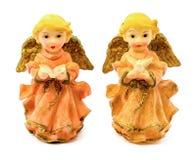 Statuettes des anges de porcelaine avec le livre et le pigeon d'isolement sur le fond blanc Photographie stock