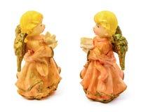 Statuettes des anges de porcelaine avec le livre et le pigeon d'isolement sur le fond blanc Photo libre de droits