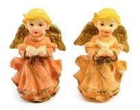 Statuettes des anges de porcelaine avec le livre et le pigeon d'isolement sur le fond blanc Images stock