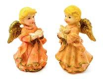 Statuettes des anges de porcelaine avec le livre et le pigeon d'isolement sur le fond blanc Photos stock