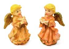 Statuettes des anges de porcelaine avec le livre et le pigeon d'isolement sur le fond blanc Images libres de droits