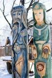 Statuettes en bois ethniques colorées des dieux dans le village Photo libre de droits