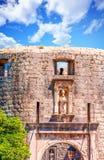 Statur und Kanone über Dubrovnik-Tor Stockfotos