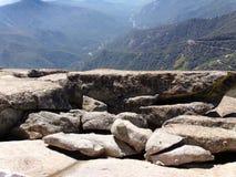 Status bij de rand die van Moro Rock sneeuwbergen en valleien overzien - Sequoia Nationaal Park stock afbeelding