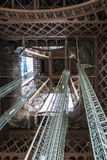 Status onder van de de Torenreis van Eiffel blauwe de hemelwolken van Eiffel stock afbeelding