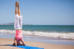 Status op haar hoofd bij het strand Stock Foto's