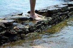 Status over rotsen op een strand van Brazilië stock foto's