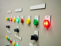 Statusindikatorljus och selektiv strömbrytare av Auto-manuellt på den elektriska kontrollbordet Royaltyfri Foto