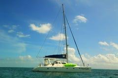Statusu jacht blisko Caye doszczelniacza w Belize Obraz Royalty Free