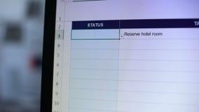 Statut complet écrit pour réserver la tâche de chambre d'hôtel, planification de vacances de liste de contrôle banque de vidéos