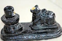 Statut de noir de Shivling et de Nandi image stock