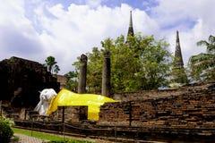 Statut de sommeil Bouddha chez Wat Yai Chaimongkol, Ayutthaya, Thaïlande, avec le ciel bleu et les nuages blancs derrière photos stock