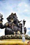 Statuut van zitting Ganesha openlucht tegen blauwe hemel, staal Stock Afbeelding