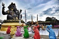 Statuut van zitting Ganesha openlucht tegen blauwe hemel, staal Stock Foto's
