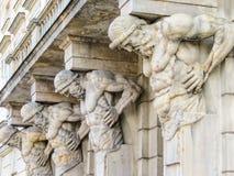 Statuy atlanty trzyma portyka Zdjęcia Stock