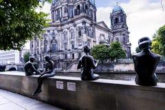 Statuy Deutscher Dom który jest Protestanckim katedrą w Berlińskim Niemcy Zdjęcie Stock