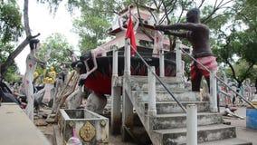 Statuy ducha i żywego trupu Preta piekło lądują przy Watem Phai Rong Wua zdjęcie wideo