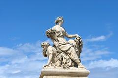 Statuy nad niebieskim niebem przy pałac Versailles, Francja Obraz Royalty Free