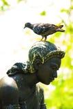 Statuy o kobieta z ptakiem Zdjęcia Royalty Free