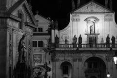 Statuy przy Charles mostem przy nocą Fotografia Stock