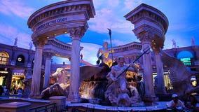 Statuy przy forów sklepami caesars palace z sztucznymi niebami i oświetleniowymi skutkami obraz stock