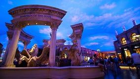 Statuy przy forów sklepami caesars palace z sztucznymi niebami i oświetleniowymi skutkami fotografia stock