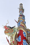 Statuy rzeźbili smoka na słupach przy dachową świątynią Obrazy Stock