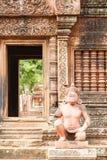 Statuy wśrodku świątyni Banteay Srei Fotografia Stock
