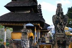 Statuy wokoło Pura Ayun świątyni i ogródu kompleksu w Bali zdjęcie stock