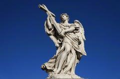 Staty-ängel-kors Arkivbild