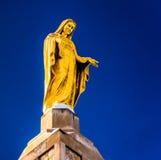 Staty överst av den nationella relikskringrottan av Lourdes i Emmits Arkivbild