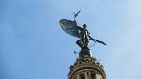 Staty överst av tornet på den kungliga Alcazarslotten, Seville, Spanien Arkivbild