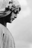 Staty av ängeln i en kyrkogård Arkivfoto