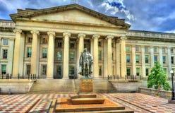Staty av Albert Gallatin framme av USA-finansdepartementetbyggnad i Washington, DC arkivfoto