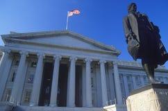 Staty av Alexander Hamilton framme av Förenta staternaavdelningen av kassan, Washington, D C fotografering för bildbyråer