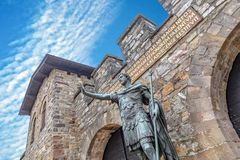 Staty av Antoninus Pius framme av maingaten av det romerska fortet Saalburg nära Frankfurt arkivfoton